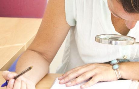 Una de nuestras funciones en Abella Procuradores, la realización de pruebas caligráficas