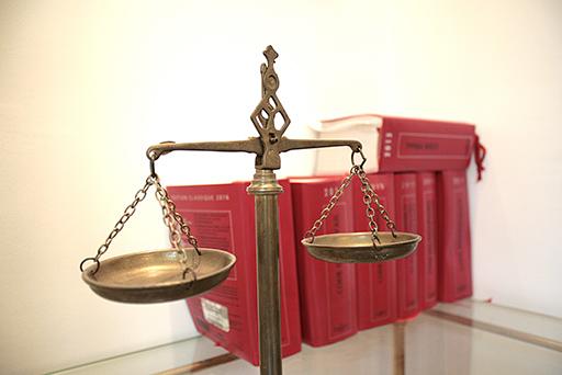 La CNMC analiza la potencial unificación entre procuradores y abogados