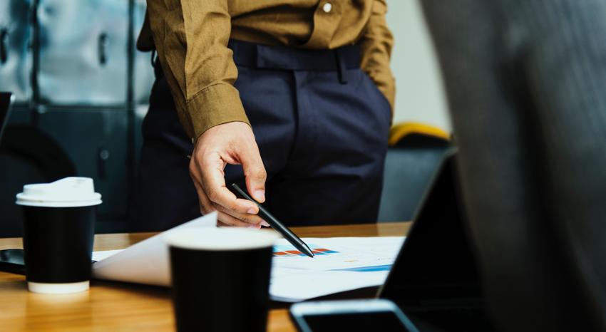 El proceso monitorio incluye la presentación de una reclamación por escrito, donde se muestre tanto la deuda como la relación entre demandante y demandado